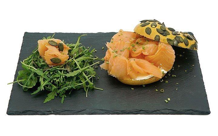 bagle-alla-zucca-con-salmone-e-formaggio-morbido